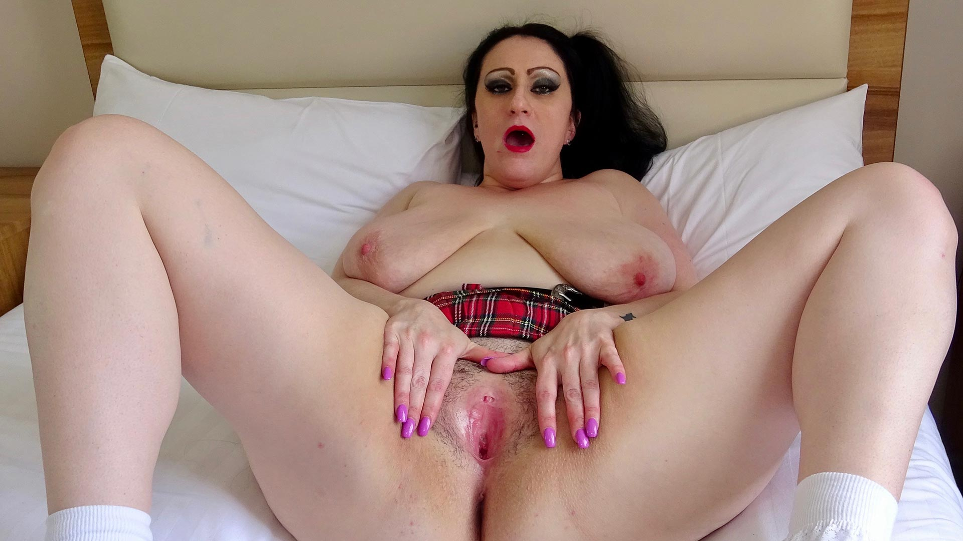 Preview Pascal Sub Sluts - SubSlut Curvy Gal: Flashes at strangers, wanks & cums